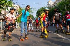 Rullo dei bambini della città che smamma sulla via del parco, Calcutta immagini stock libere da diritti