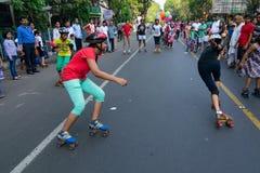 Rullo dei bambini della città che smamma sulla via del parco, Calcutta fotografia stock
