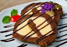 Rullo del cioccolato con il gelato della vaniglia all'interno Immagini Stock Libere da Diritti