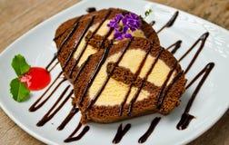 Rullo del cioccolato con il gelato della vaniglia all'interno Fotografia Stock