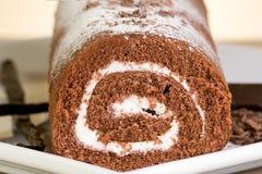 Rullo del cioccolato con la crema della vaniglia Immagine Stock