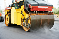 Rullo del costipatore sul lavoro d'asfaltatura Fotografie Stock Libere da Diritti