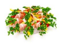 Rullo del prosciutto con la verdura fresca ed il prezzemolo. Immagini Stock Libere da Diritti