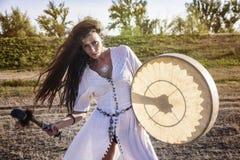Rullo del tamburo della donna dello sciamano fotografia stock