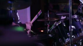 Rullo del tamburo della roccia in tensione al concerto in club archivi video