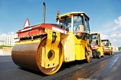 Rullo dell'asfalto sul lavoro immagini stock