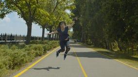 Rullo della donna che salta mentre guidando nel parco verde video d archivio