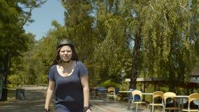 Rullo della giovane donna durante il giro di velocità in parco verde video d archivio