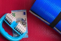 Rullo della schiuma di forma fisica, ideale per il auto-massaggio contro le celluliti immagine stock libera da diritti