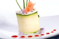 Rullo dello zucchini con i salmoni affumicati Fotografia Stock