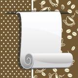 Rullo di carta su priorità bassa marrone con i chicchi di caffè Fotografie Stock Libere da Diritti
