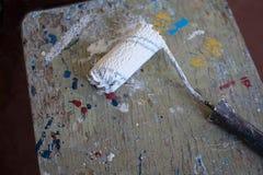Rullo di pittura con pittura bianca immagini stock libere da diritti