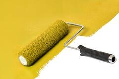 Rullo di pittura giallo sopra la superficie di bianco fotografia stock libera da diritti