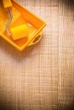 Rullo di pittura organizzato del copyspace in vassoio su di legno fotografia stock