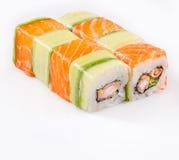 Rullo di sushi con i salmoni ed il cetriolo Fotografia Stock Libera da Diritti
