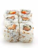 Rullo di sushi di color salmone piccante Immagine Stock