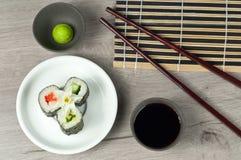 Rullo di sushi fresco con la salsa di soia e di wasabi Fotografie Stock Libere da Diritti