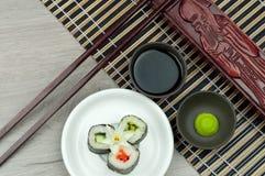 Rullo di sushi fresco con la salsa di soia e di wasabi Immagini Stock