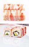 Rullo di sushi in pancetta affumicata Immagini Stock Libere da Diritti