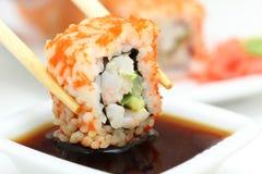 Rullo di sushi sulla zolla bianca Fotografie Stock