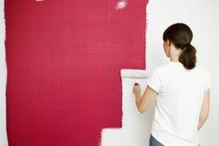 Rullo di vernice con i campioni della vernice Bella parete della pittura della donna con il rolle della pittura fotografia stock