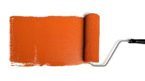 Rullo di vernice con vernice arancione Fotografia Stock