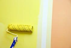 Rullo di vernice contro la parete Fotografia Stock