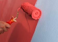 Rullo di vernice sulla parete fotografie stock libere da diritti