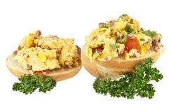 Rullo diviso in due con le uova rimescolate Immagini Stock