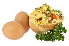 Rullo diviso in due con le uova rimescolate Immagini Stock Libere da Diritti