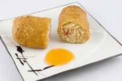 Rullo e salsa cinesi fritti dell'uovo Immagine Stock