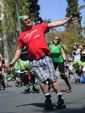 Rullskateboradåkare på dagen för St. Patricks ståtar och festen Arkivbild