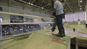 Rullskateboradåkareflip i luft fail Två skateboradåkare på språngbrädan extremt Konkurrens i skatepark lager videofilmer