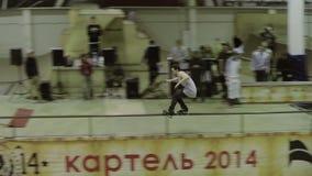 Rullskateboradåkareglidbana på staketet, avverkning på golv på knä Konkurrens i skatepark Farligt trick stock video