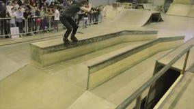 Rullskateboradåkareglidbana på staketet språngbräda extremt trick Konkurrens i skatepark _ arkivfilmer