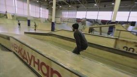 Rullskateboradåkaren gör makio på språngbrädan Extremt jippo Konkurrens i skatepark strid stock video