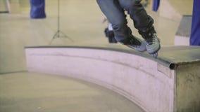 Rullskateboradåkaren gör miszou på språngbrädan Extremt jippo Konkurrens i skatepark strid arkivfilmer