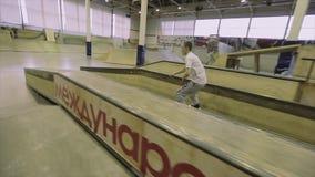 Rullskateboradåkaren gör miszou på språngbrädan extremt trick Konkurrens i skatepark strid stock video
