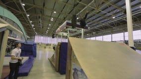 Rullskateboradåkaren hoppar handlagfoten i luft språngbräda Extremt jippo Konkurrens i skatepark stock video