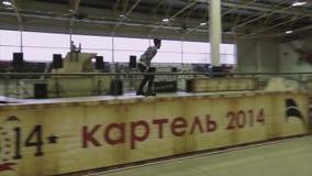 Rullskateboradåkaren hoppar, rider på språngbrädan extremt hög möjlig hastighet för bakgrundsdisko Konkurrens i skatepark challen stock video