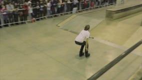 Rullskateboradåkaren i exponeringsglas hoppar på staketet som missar språngbräda extremt Konkurrens i skatepark arkivfilmer