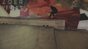 Rullskateboradåkaren rullar på den höga kanten av språngbrädan på konkurrens i skatepark Arg fot jippo arkivfilmer