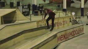 Rullskateboradåkareplugghäst på staketet, arg fot cameraman extremt trick Konkurrens i skatepark lager videofilmer