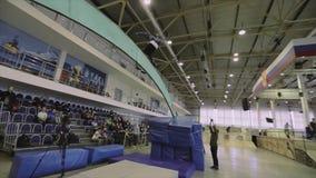 Rullskateboradåkareritt på båge mellan språngbrädor Extremt jippo Konkurrens i skatepark stock video