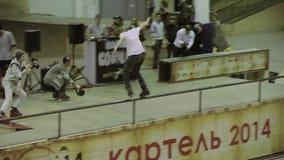 Rullskateboradåkarerulle på staketet, vänder över, hoppet Kameraman två Extrem konkurrens i skatepark jippo stock video
