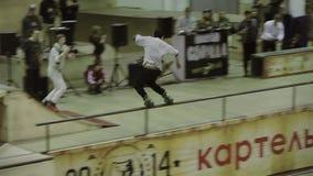 Rullskateboradåkaresnedsteg på staketet, hastigt greppfot Hoppa och få spillet Konkurrens i skatepark cameraman stock video