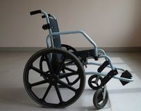 Rullstol i sjukhuset nära fönstret arkivfoton