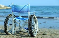 Rullstol vid havet i sommar med stora hjul Royaltyfri Fotografi