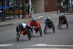 Rullstolracerbilar i den New York City maraton 2014 Arkivbilder