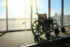 Rullstolservice i flygplatsterminal Arkivfoto